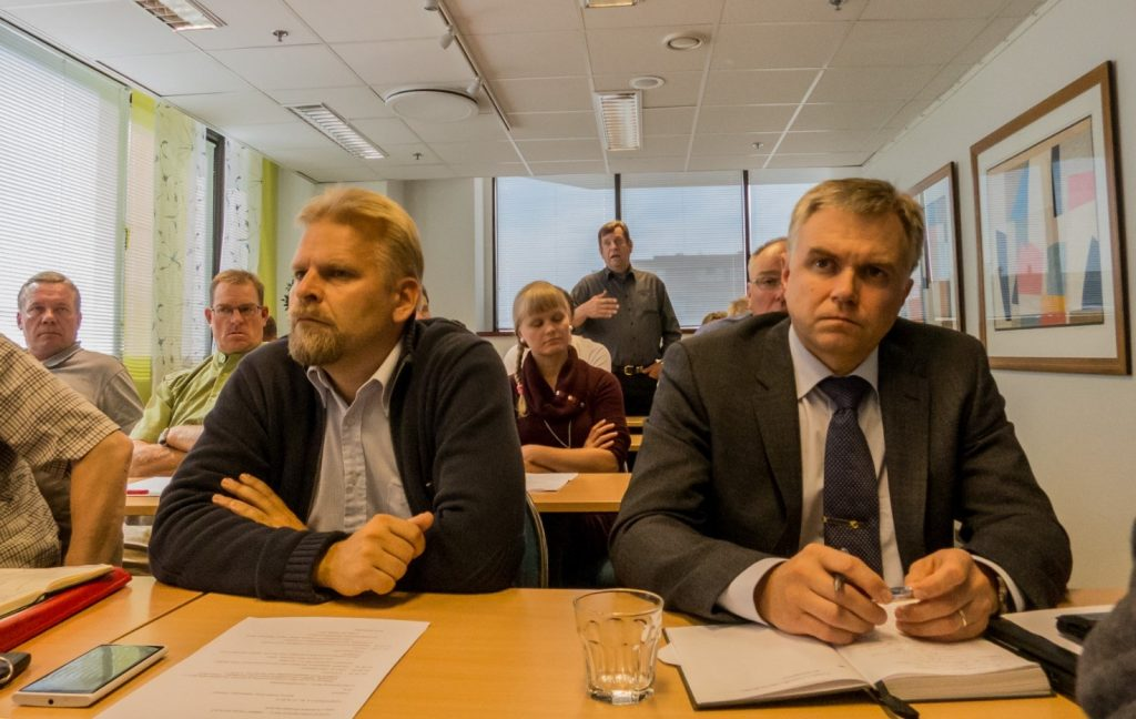 I förgrunden VFFI:s Asmo Honkanen och Vesa Ruusila lyssnar då Markku Törrönen i bakgrunden lägger ut texten. Bild: Markku Saiha.
