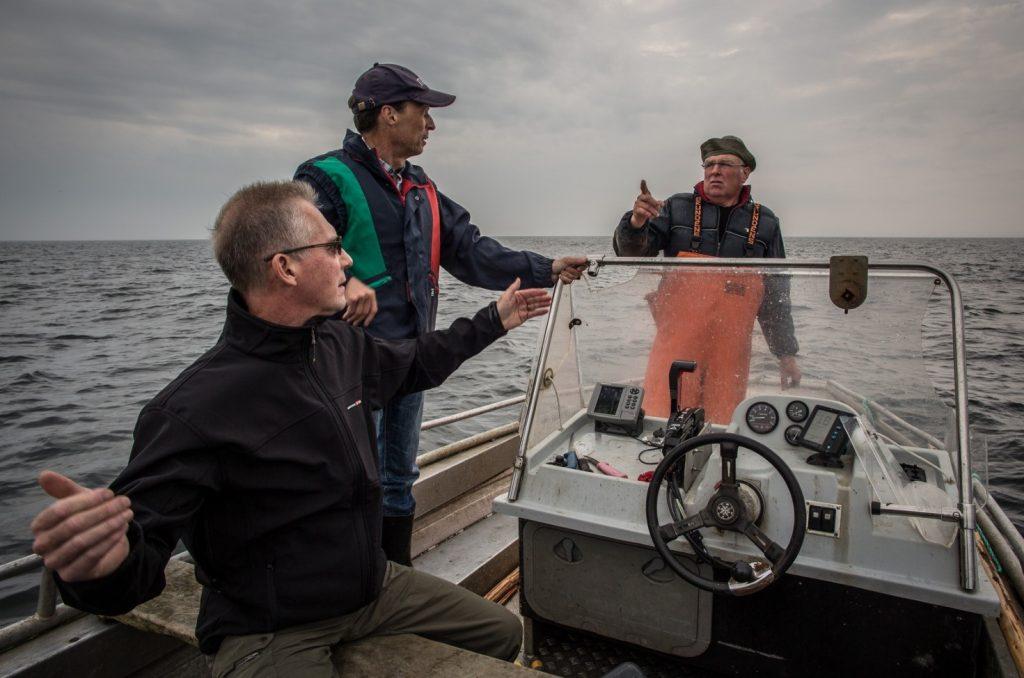 Den nya överdirektören Juha Ojala bekantar sig med laxfiske i Kumnäs 27.6.2013. Från vänster Ojala, Kim Jordas och Heikki Salokangas. Bild: Markku Saiha.