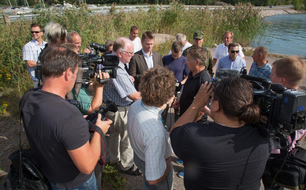 Ett stort pressuppbåd ville ha kommentarer av presidenten. Bild Markku Saiha.